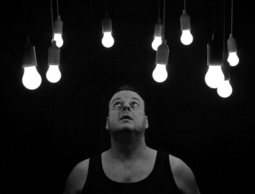 Hombre dudando entre si elegir bombillas LED o de bajo consumo