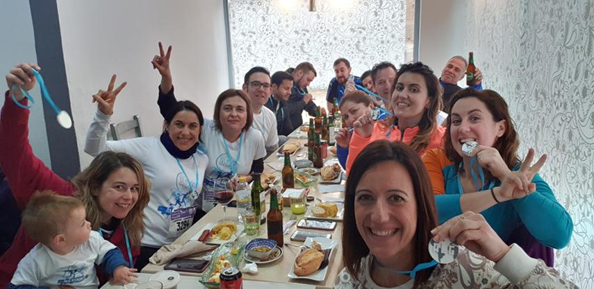 Todo el equipo de ALG disfrutando de un merecido almuerzo tras la carrera